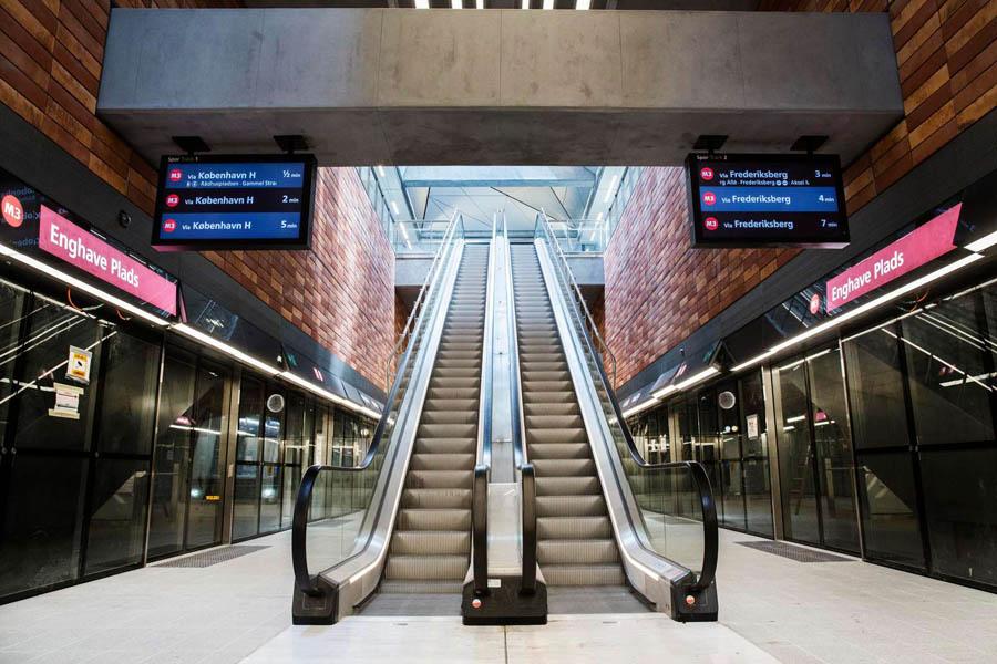 Enghave Plads. Perron med rulletrapper og Passager Information Dispalys / PID sat op.