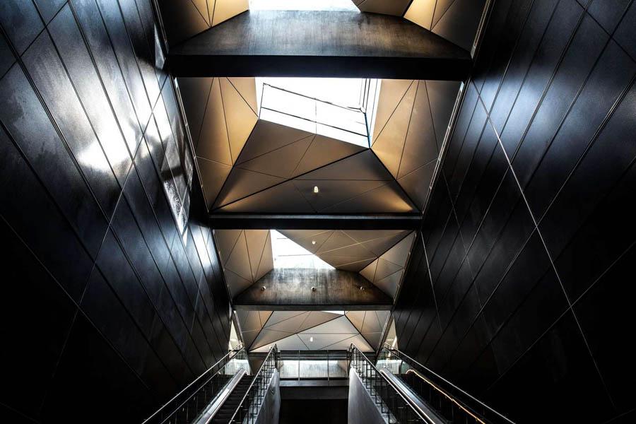 Rådhuspladsen. Vægbeklædning bestående af sorte glaspaneler.Origamilofter.